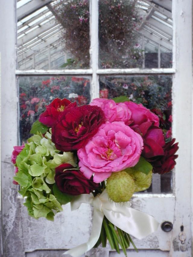 グラスゴーの温室の前でバラの花束を