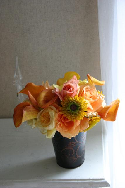 BEST FLOWER ARRANGEMENT掲載 真鍮の器にオレンジ色のアレンジメント