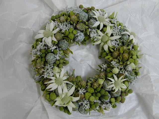 BEST FLOWER ARRANGEMENT掲載 白い木の実とコニファーのリース