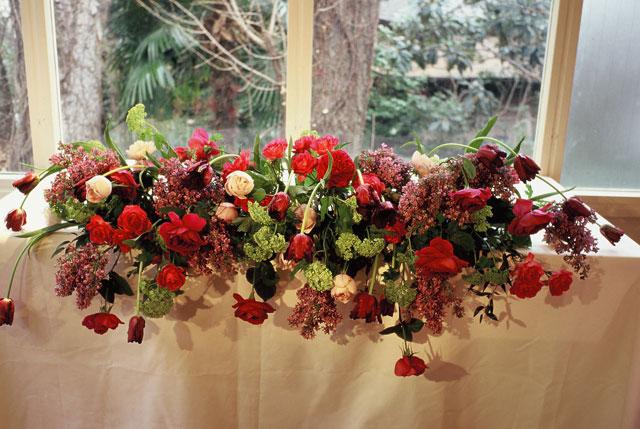 レストランウエディングのためのチューリップを中心とした会場装花